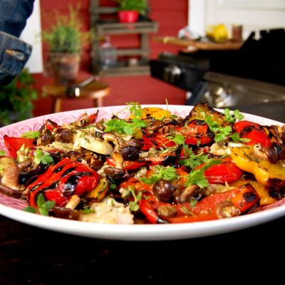 Grillade grönsaker på en tallrik.