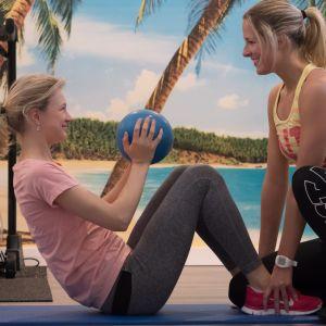 Två tjejer tränar på gym.