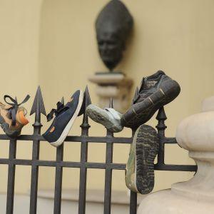 lasten kenkiä aitaan kiinnitettynä