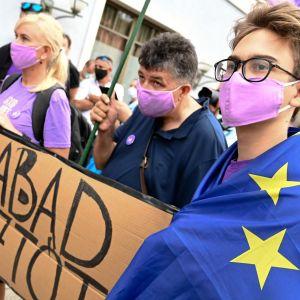 Aktivisteja Budapestissa osoittamasssa mieltä Index-median toimituksen edessä.