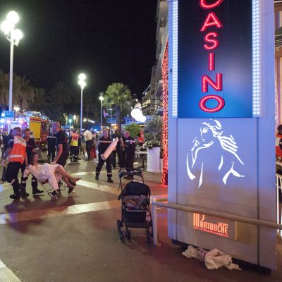 Pelastushenkiökuntaa iskupaikalla Nizzassa.