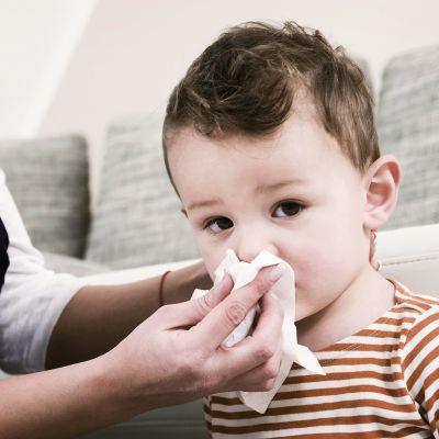 Äii niistää lapsen nenää.