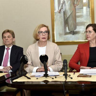Ensimmäinen varapuhemies Mauri Pekkarinen (kesk.), eduskunnan puhemies Paula Risikko (kok.) ja toinen varapuhemies Tuula Haatainen (sdp)tiedotustilaisuudessa eduskunnassa 22. helmikuuta 2018.