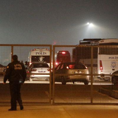 Poliisi ja poliisiautoja lentokentällä