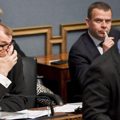 Pääministeri Juha Sipilä (kesk.) ja valtiovarainministeri Petteri Orpo (kok.) eduskunnan täysistunnossa.