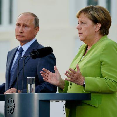 Saksan liittokanleri Angela Merkel ja Venäjän presidentti Vladimir Putin pitämässä tiedotustilaisuutta Berliinin ulkopuolella 18. elokuuta 2018.