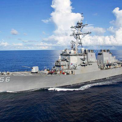 Sotalaiva USS John S. McCain kuvattuna Filippiinienmerellä elokuussa 2017.