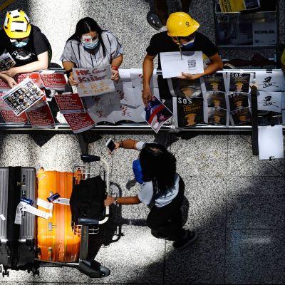 Mielenosoittajia Hongkongin lentokentällä 13. elokuuta.