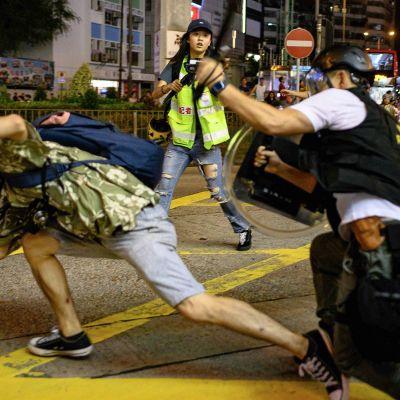 Mellakkapoliisit pyrkivät estämään mielenosoittajien aikeet Honkongissa 7. syyskuuta.