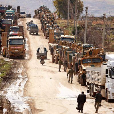 Turkin armeijan autosaattue kuvattuna Idlibin eteläpuolella.