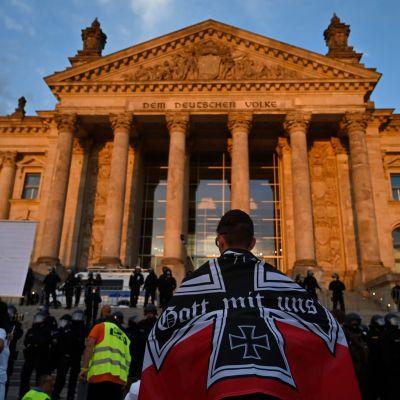 Mielenosoittajia kerääntyi Berliinin Valtiopäivätalon eteen lauantaina.