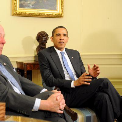 George Shultz tapaamassa presidentti Barack Obamaa
