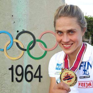 Tuuli Petäjä-Sirén visar upp en medalj