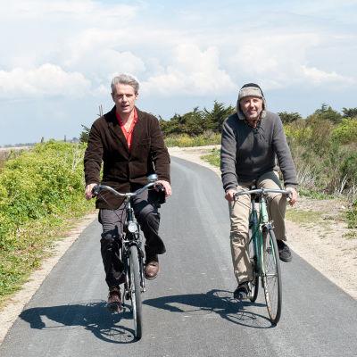 Gauthier Valence (Lambert Wilson) ja Serge Tanneur (Fabrice Luchini) elokuvassa Pyöräretkellä Molièren kanssa