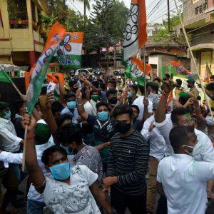 TMC-puolueen kannattajat juhlivat Siligurissa Intiassa.