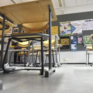 Luokkahuone Helsingin yliopiston Viikin normaalikoulussa Helsingissä maanantaina 2. maaliskuuta.