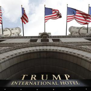 Trump international hotel med en massa amerikanska flaggor.