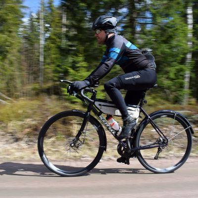 Toni Lund i full fart på cykeln.