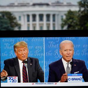 Donald Trump och Joe Biden på en tv-skärm. I bakgrunden syns Vita huset.