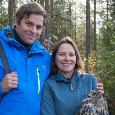 Kimmo Ohtonen ja Minna Pyykkö huuhkajan kanssa