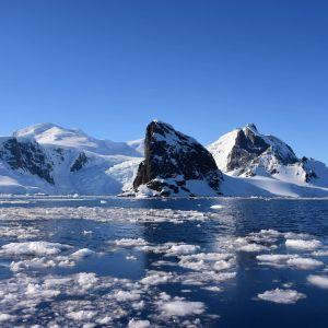 Jäälauttoja merellä Etelämantereen saaristossa.