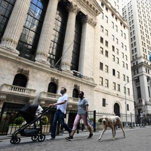 Kasvosuojalla naamioitu Fearless Girl -patsas Wall Streetillä, New Yorkissa.