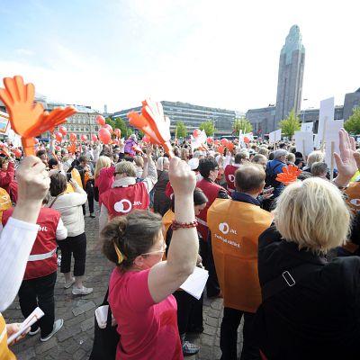 Vain kaksi kättä -mielenosoitus. Rautatientorilla Helsingissä 10. kesäkuuta 2015. Mielenosoituksessa vastustettiin varhaiskasvatukseen kohdistuvia säästötoimenpiteitä vastaan.