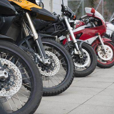 Moottoripyöriä parkissa