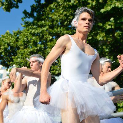 Miestanssijoita valkoisissa balettipuvuissaan.