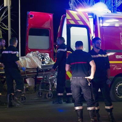 Pelastushenkilökuntaa iskualueella Nizzassa.