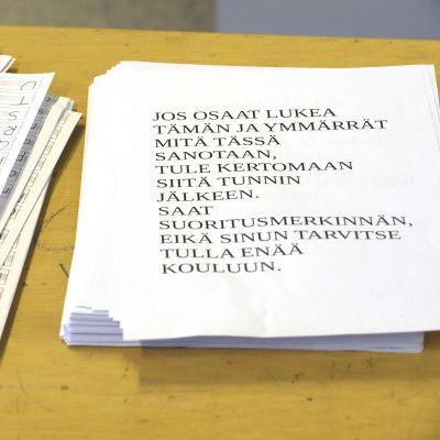 Suomen kielen ymmärtämisen testi pakolaisten vastaanottokeskuksessa.