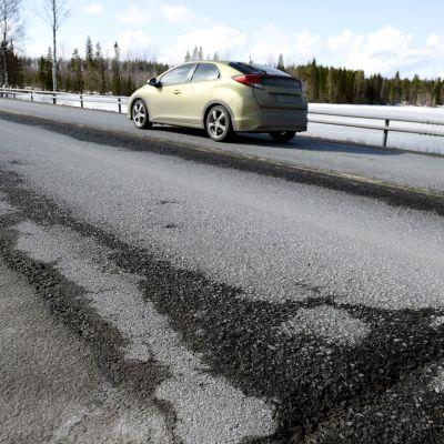 Vaurioita Nelostien pinnassa Pihtiputaalla 31. tammikuuta 2016.
