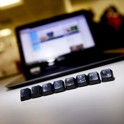 Vihapuhe-sana tietokoneen edessä.