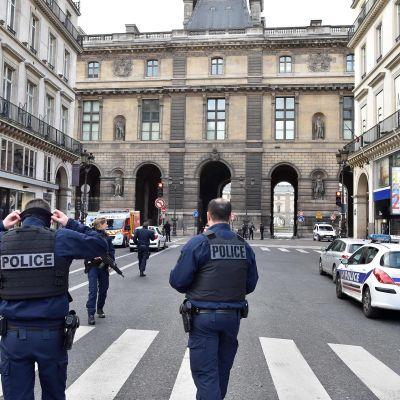 Poliiseja Louvren edustalla Pariisissa 3. helmikuuta sattuneen välikohtauksen jälkeen.