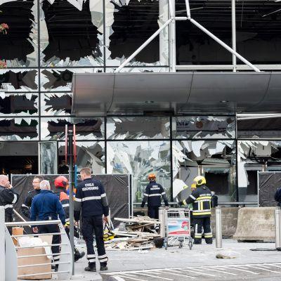 Rikospaikatutkijat työssään Brysselin lentokentällä