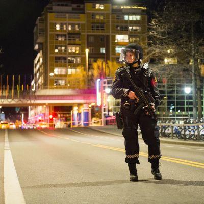 Poliisi Oslon keskustassa sunnuntain vastaisena yönä.