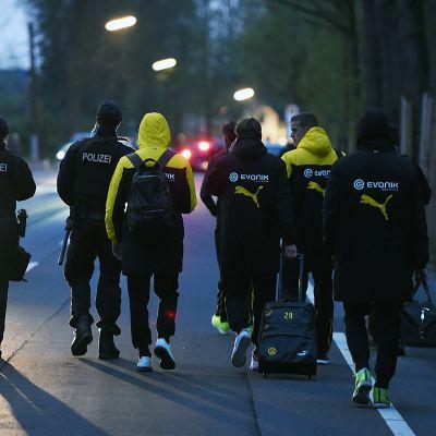 Poliisi saattoi Dortmundin pelaajia pois räjähdyspaikalta tiistai-iltana.