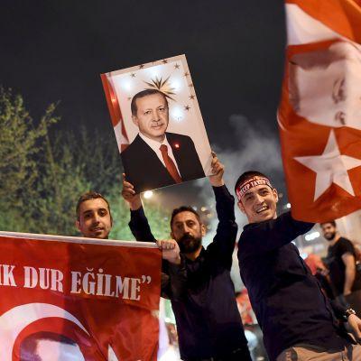 Turkin presidentin kannattajia.