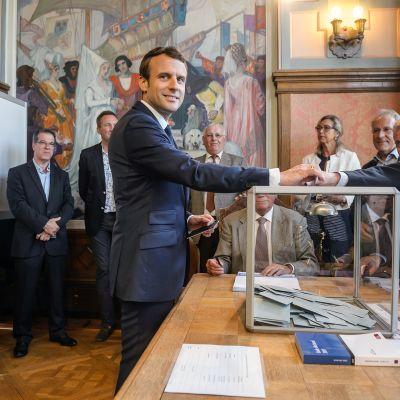 Presidentti Emmanuel Macron ja hänen vaimonsa Brigitte Trogneux äänestävät Le Touquessa Pohjois-Ranskassa.