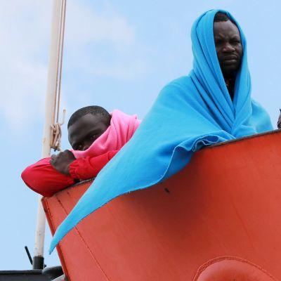 Siirtolaiset odottavat maihinnousua pelastusaluksessa Salernon satamassa Italiassa.