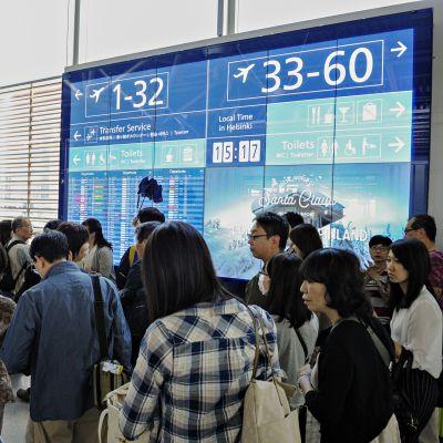 Lentomatkustajien opastetaulu lentokentällä.