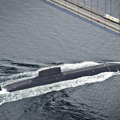 Venäläinen sukellusvene sillan alla.