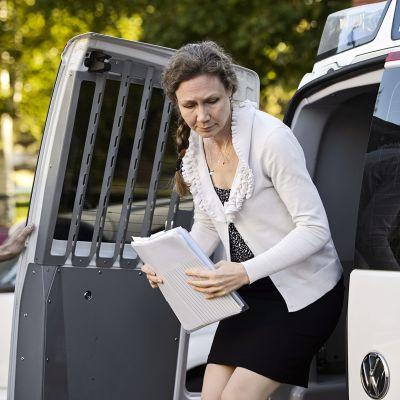 Anneli Auer saapumassa Porin käräjäoikeuteen 21. elokuuta 2013.