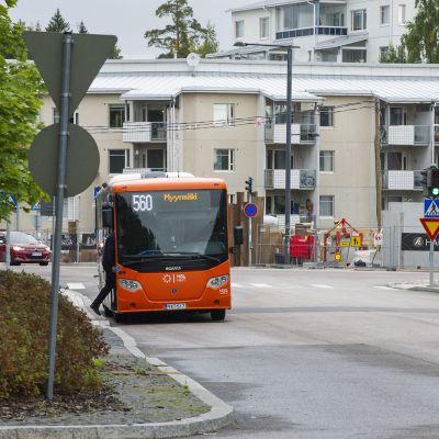 Sutuliikenteen bussi päätepysäkillä Myyrmäessä.