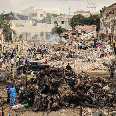 Pommin tuhoamia autoja kadulla.