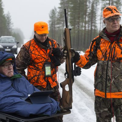 Paavo Turunen metsästyskavereidensa kanssa.