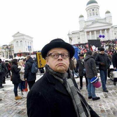 Kokoomuksen kansanedustaja Juhana Vartiainen SAK:n järjestämässä aktiivimallin vastaisessa mielenilmauksessa Helsingin Senaatintorilla 2. helmikuuta
