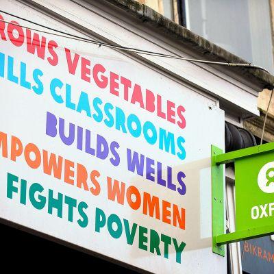 Oxfam kirjakaupan kyltti.
