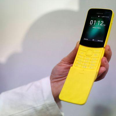 Nokia 8110 puhelin.