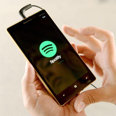 Musiikin suoratoistopalvelu Spotify älypuhelimen ruudulla.